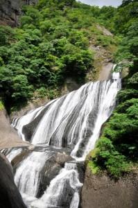 新緑の袋田の滝